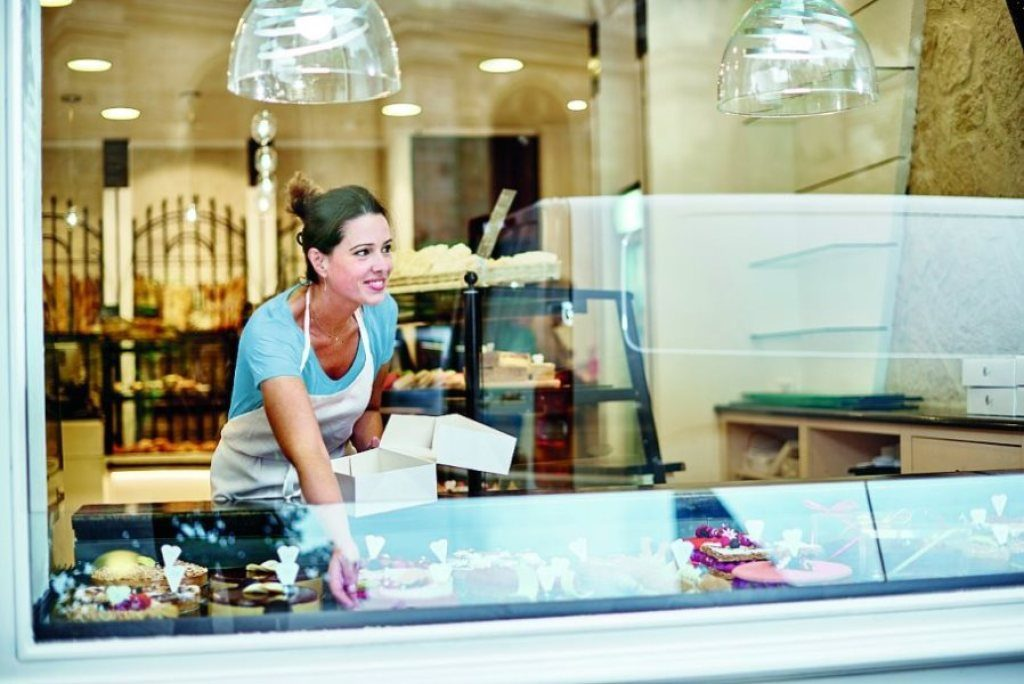 woman in shop looking at leaseplan flexible rental