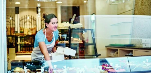 woman in shop looking at leaseplan flexible rental
